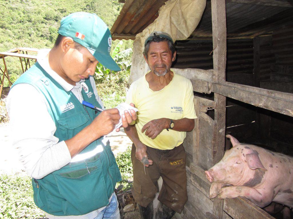 Tomando datos para otorgar el certifcado de vacunación contra PPC