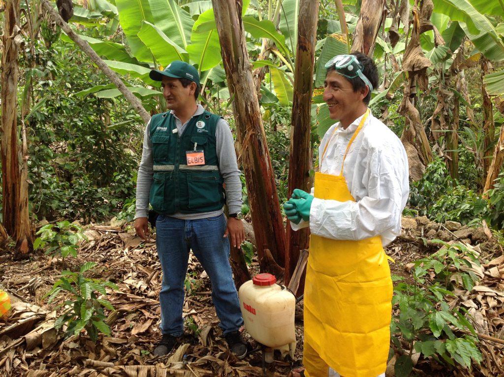 Productor con implementos de protección previo a la aplicación de plaguicidas